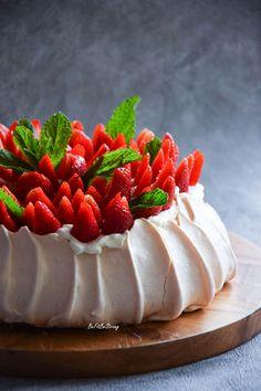 Beza Pavlova - tort bezowy z truskawkami - Just Be Fit Be Strong! Strawberry Pavlova, Pavlova Cake, Cookie Recipes, Dessert Recipes, Pear Cake, Savoury Cake, Mini Cakes, Clean Eating Snacks, Just Desserts
