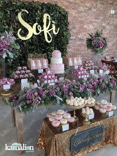 www.kamalion.com.mx - Candy Bar / Mesa de dulces / Gold / Dorado / Palo de rosa / Bautizo / Pastel decorado / Cake / Pink pale / Donut decor / Donas / Merengues / Postres / Macarons / Follaje / Corte laser / Elegante / Bases de cristal / Dulceros.