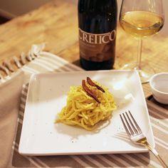 Chi l'ha detto che il pranzo della domenica deve essere sofisticato? Guanciale, pepe, ricotta e zafferano per una pasta che sa d'Abruzzo. Da accompagnare con un Cretico Chardonnay Terre di Chieti Igp. #CantinaTollo