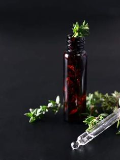 There are a myriad of tea tree oil benefits in today's society. Everything from acne treatments to clearing the air. Tea tree oil is a necessity in one's arsenal of natural medicinal products. Thyme Essential Oil, Essential Oils For Skin, Essential Oil Blends, Oils For A Cold, Bio Oil Uses, Huile Tea Tree, Bio Oil Stretch Marks, Tea Tree Oil Uses, Salud Natural