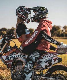 Couple Moto, Dirt Bike Couple, Motocross Couple, Motorcycle Couple Pictures, Motocross Girls, Dirt Bike Girl, Dirt Bike Track, Ktm Dirt Bikes, Cute Country Couples