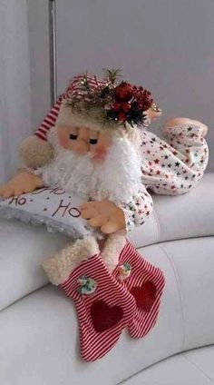 Santa Claus in Pajamas Free molds to make this lovely cloth doll, Pap … - NOEL Christmas Sewing, Primitive Christmas, Felt Christmas, Christmas Time, Christmas Stockings, Christmas Tables, Modern Christmas, Scandinavian Christmas, Felt Crafts