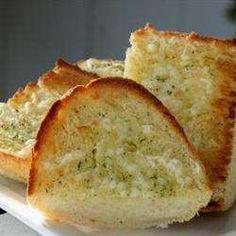 Receita de Pão de alho no forno com queijo - Receitas do Allrecipes Brasil