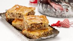 Μια συνταγή για μια υπέροχη Γιορτινή πίτα με κιμά, τυρί με την γλυκιά αντίθεση από κάστανα και σταφίδες. Υπέροχοι συνδυασμοί γεύσεωνγια ένα απίστευτα νόστ