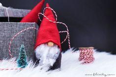 Wichtel basteln ohne Nähen: Ob als Weihnachtsdeko oder als Geschenkidee, so kannst du süße Wichtel aus Filz oder Fleece schnell und einfach selber machen!