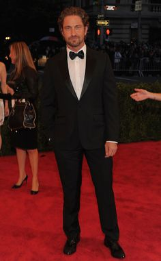 El actor Gerard Butler imponiendo presencia sobre la alfombra roja.