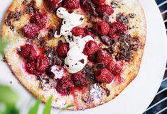 Süße Pizza mit Himbeeren und Schokolade