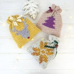 A free crochet pattern of christmas gift bags. Do you also want to crochet these bags? Read more about the Free Crochet Pattern Christmas Gift Bags Love Crochet, Crochet Gifts, Crochet Hooks, Crochet Bags, Double Crochet, Christmas Gift Bags, Noel Christmas, Christmas Knitting Patterns, Crochet Patterns