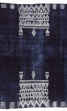 Africa Detail from a shawl, Bakhnuq, from Tunisia Wool & cotton; the indigo field with two central rectangular panels of white zig-zag and pendant motifs, with geometric borders, tassel fringes to either end Motifs Textiles, Textile Fabrics, Textile Patterns, Textile Art, Color Patterns, Print Patterns, Shibori, New Blue, Blue And White