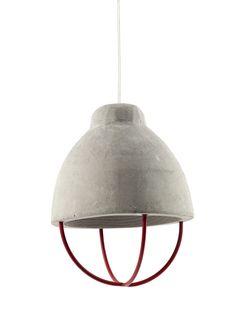Deze hanglamp uit de Feeling serie van Serax is gemaakt van beton en ijzer. Deze combinatie van robuuste materialen geven de lamp een industriële maar verfijnde uitstraling. Mooi naast elkaar boven je eetatfel, aanrechtblad of als groepje ergens anders in je interieur.Verkrijgbaar in meerdere fijne kleuren.