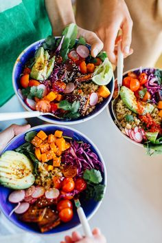 Bowl Here's how to host a Rainbow Grain Bowl Potluck Party -- tips and ideas for making it easy!Here's how to host a Rainbow Grain Bowl Potluck Party -- tips and ideas for making it easy! Vegetarian Dinners, Vegetarian Recipes, Healthy Recipes, Salad Recipes, Clean Eating, Healthy Eating, Cuisine Diverse, Grain Bowl, Food Inspiration