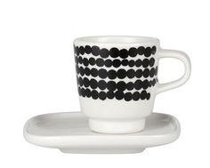 Diese 5cl fassende Espressotasse von Marimekko ist mit dem stilreinen Oiva oder mit dem schwarz-gepunkteten Siirtolapuutarha-Muster wählbar. Lieferung inklusive weißem Untersetzer. Warum aber auch zusammen kombinieren für ein abwechslungsreiches Kaffeeporzellan