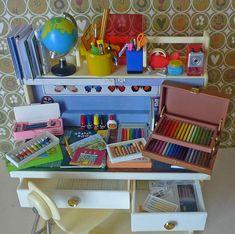 Re-ment miji miniature School Supplies Modern Dollhouse, Diy Dollhouse, Dollhouse Miniatures, Barbie Miniatures, Miniature Crafts, Miniature Dolls, Miniature Food, Barbie Furniture, Dollhouse Furniture