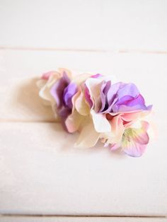 白から紫までの色を合わせた華やかでかわいらしいバレッタですサイズ約8.5cm×4.5cm|ハンドメイド、手作り、手仕事品の通販・販売・購入ならCreema。