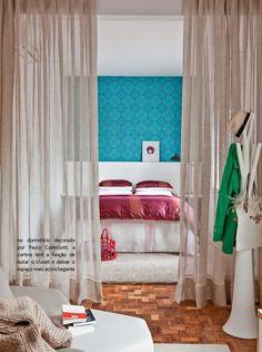 """Cortinas dividindo ambientes A cor desta cortina no tom cru do linho """"aqueceu"""" este ambiente e funciona ainda como uma barreira visual sutil para o closet naqueles dias de bagunça. Puro aconchego!"""