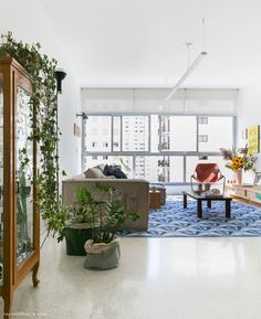 sala de estar com janela do piso ao teto e tapete estampado azul - matéria em parceria com a https://boobam.com.br/