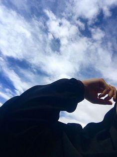 Famous Tutorial and Ideas Shadow Photography, Tumblr Photography, Girl Photography Poses, Applis Photo, Blur Photo, Portrait Fotografie Inspiration, Foto Mirror, Girl Hiding Face, Profile Pictures Instagram