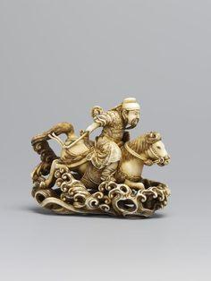 Este netsuke tallada y manchado está en la forma de la general chino, Gentoku, montando través de un río en un caballo. Por Rakueisai, ca. 1850-1900