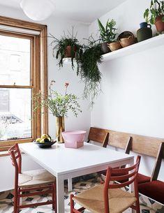 The Color-Blocked London Home of Interior Stylist Laura Fulmine — THE NORDROOM Colour Blocking Interior, Decoracion Vintage Chic, Italian Interior Design, Estilo Art Deco, Kitchen Seating, Living Room Green, Painted Chairs, Interior Stylist, Elle Decor