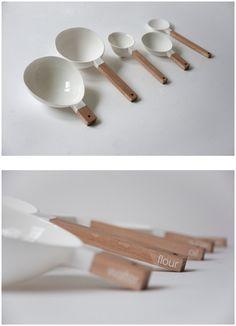 Set de cucharas para hacer pan. Cada una de las cucharas del set contiene la medida exacta de cada ingrediente para hacer tu propio pan: agua, harina, aceite, levadura y azúcar.