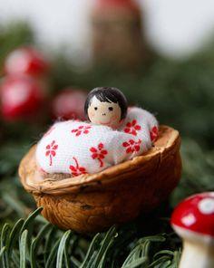 Weihnachtsdeko: Walnusspüppchen - How To - Anleitungen - burda style - New Ideas Baby Christmas Ornaments, Small Christmas Gifts, Gold Christmas Tree, Christmas Baby, Christmas Time, Christmas Crafts, Christmas Decorations, Christmas Makeup, Christmas Nails