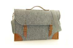 He encontrado este interesante anuncio de Etsy en https://www.etsy.com/es/listing/160329457/felt-laptop-bag-15-inch-with-pocket