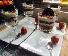 Recept voor makkelijke Oreo toetje in glas met slagroom, mascarpone, yoghurt en chocolade. Ook lekker met zoete aardbeitjes. Je kan dit recept makkelijk halveren.