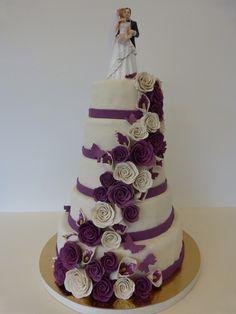 Hochzeitstorte lila-weiß Rosen