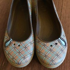 Adorable Tiffany Blue and Tan crocs These are almost new, barely worn, plaid Cocks in Tiffany Blue and Tan color. It's beautiful Mary Jane and super comfortable. Women's Crocs, Crocs Shoes, Loafer Flats, Loafers, Tiffany Blue, Fashion Design, Fashion Tips, Fashion Trends, Mary Janes