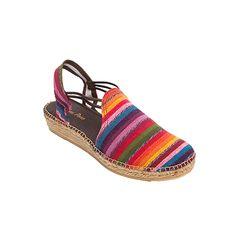 NORD es un modelo de alpargata extremadamente cómodo. Las tiras de goma cosidas a la tela otorgan una sujeción del pie excepcional. Las telas rayadas en diferentes colores dan alegría y un toque de diversión al calzado. Otro súperclásico de Toni Pons.