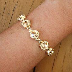 Pulseira de corrente com cristais lapidados em tom nude, super moderna e despojada. Peça ideal para compor com outras pulseiras douradas e iluminar seu look....