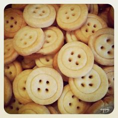 vintage shabby chic party favors - button cookies מתנות לאורחים בריתה בסגנון שאבי שיק - עוגיות כפתור