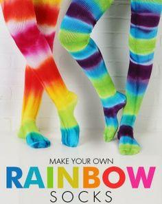 Trasformare delle semplici calze bianche in coloratissime calze arcobaleno
