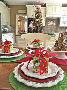 Party Table Christmas Place Settings 21 New Ideas Gingerbread Christmas Decor, Gingerbread Decorations, Christmas Decorations For The Home, Whimsical Christmas, Christmas Table Settings, Grinch Christmas, Christmas Tablescapes, Christmas Kitchen, Christmas Mood