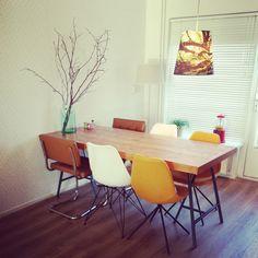 Zelfgemaakte tafel van steigerhout en stoelen van Zuiver mid century dining