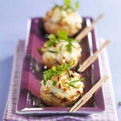 Brochettes d'avocat aux crevettes roses et à l'ananas - 50 recettes originales pour un apéro dînatoire - Finger Food Appetizers, Finger Foods, Hors D'oeuvres, Canapes, Baked Potato, Potato Salad, Entrees, Food To Make, Stuffed Mushrooms