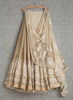 Lehengas by SwatiManish : Gold lehenga with white threadwork dupatta. Love at first sight 💓💓 Indian Lehenga, Gold Lehenga, Lehenga Choli, Net Lehenga, Sabyasachi Lehengas, Walima, Sharara, Lehenga Designs, Indian Attire