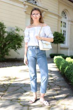 Bei diesem Sommer-Look kombiniere ich ein Off-Shoulder Top aus leichtem Shirt-Stoff mit meiner geliebten Mom-Jeans, meiner neuen weißen Lanvin Jiji Bag, Hermès Oran Flats und einer verspiegelten Sonnenbrille von Dior.