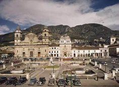 Bogota Antigua _Plaza de Bolívar en Bogotá  por allá por la década de 1940. Colombia Travel, American Country, Time Travel, Vintage Photos, Travel Inspiration, Mexico, Tours, Mansions, City