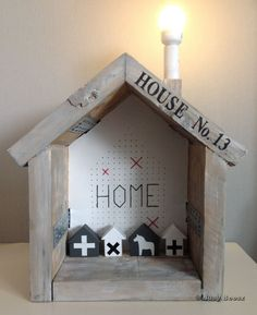 Lamp house scaffolding wood. Pallet Crafts, Wood Crafts, Scaffolding Wood, House Lamp, Pallet House, Bird Houses, Wooden Houses, Idee Diy, Wood Lamps