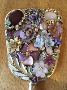 Best Vintage-Schmuck in Denver Jewelry Frames, Jewelry Mirror, Jewelry Art, Gold Jewellery, Jewlery, Vintage Jewelry Crafts, Recycled Jewelry, Button Crafts, Button Art