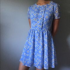Forever 21 Blue Daisy Print Flower Dress US Size Small. Adorable blue with daisy print, Forever 21 dress. Dress is lined and has back zipper and keyhole detail. Worn less than 5 times, in great condition.   🌟Feel free to ask any questions🎉 Offers welcome 💕 Forever 21 Dresses