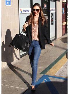 Miranda Kerr    Look de star Glamour    Juste un jean et une veste noire, un rien habille le mannequin star Victoria Secret !