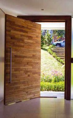 Porta pivotante de madeira filetada