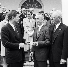 April in the White House Rose Garden, President John F. Kennedy is presenting Jacques Cousteau with The National Geographic Society's special gold medal. John Kennedy, American Presidents, Us Presidents, Diver Dan, Jfk Presidency, 19 Avril, Jacques Yves Cousteau, Deep Photos, National Geographic Society