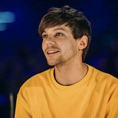 Omg Louis in yellow in my aesthetic. Zayn Malik, Niall Horan, Pack Twitter, 5sos, Louis Y Harry, Louis Tomilson, Louis Williams, One Direction Pictures, Larry Stylinson