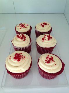 Algo que deberíamos hacer mas seguido, comer quequitos y más quequitos. #cupcake #red #valentines #redvelvet #sweet #dessert #food