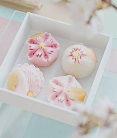 Kiyumie — /**/ My edit Japanese Pastries, Japanese Sweets, Japanese Food, Wagashi Japonais, Dessert Kawaii, Wagashi Recipe, Desserts Japonais, Japanese Wagashi, Cute Desserts