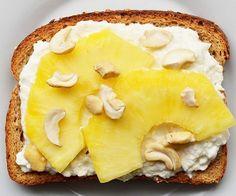 Toast + brânză de vaci + ananas + caju
