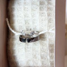 Hers  Ouro Branco e Diamantes His  Ouro Brranco degradê de Rhodio Negro e Diamantes Negros . . . #juliatoledojoias #iDo #FelizesParaSempre #beautiful #love #iloveyou #weddingrings #bridal #marryme #diamonds #gold #whitegold #hisandhers #instawedding #Bride #savethedate